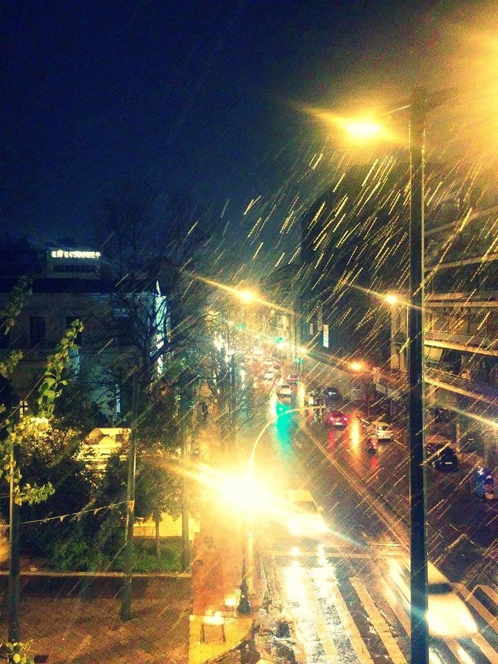 Στην Πειραιώς έχει... χιονοθύελλα.