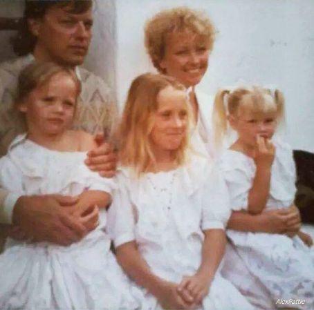 Το ζευγάρι Gilmour με τα τρία από τα τέσσερα παιδιά τους