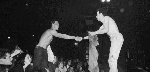 Ο Joe Strummer ανταλλάζει μπλούζα με έναν άντρα από το κοινό.