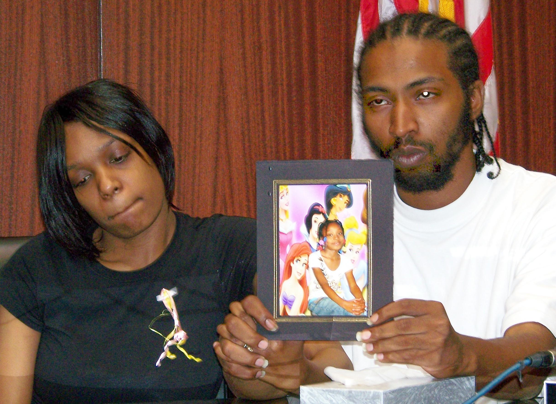 Η 7χρονη Ayiana Jones έπεσε νεκρή από όπλο αστυνομικού, μέσα στο σπίτι της γιαγιάς της