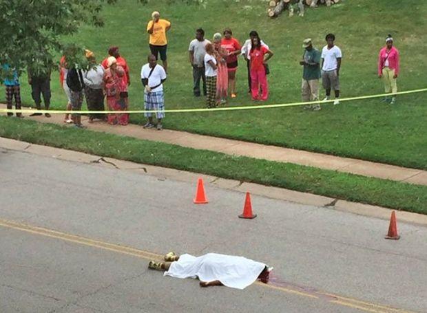 Ο Michael Brown νεκρός στο δρόμο