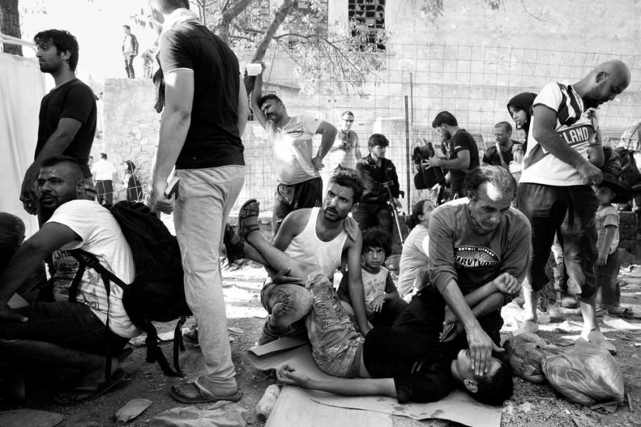 Οι Σύριοι πρόσφυγες περιποιούνται ένα αγόρι που λιποθύμησε.