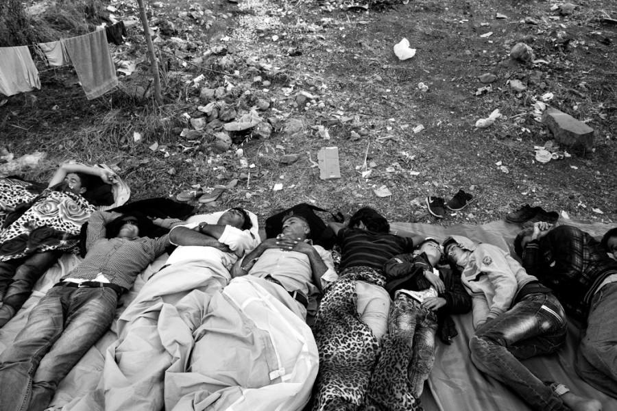 Οι πρόσφυγες κοιμούνται σε ένα εγκαταλελειμμένο οικόπεδο.