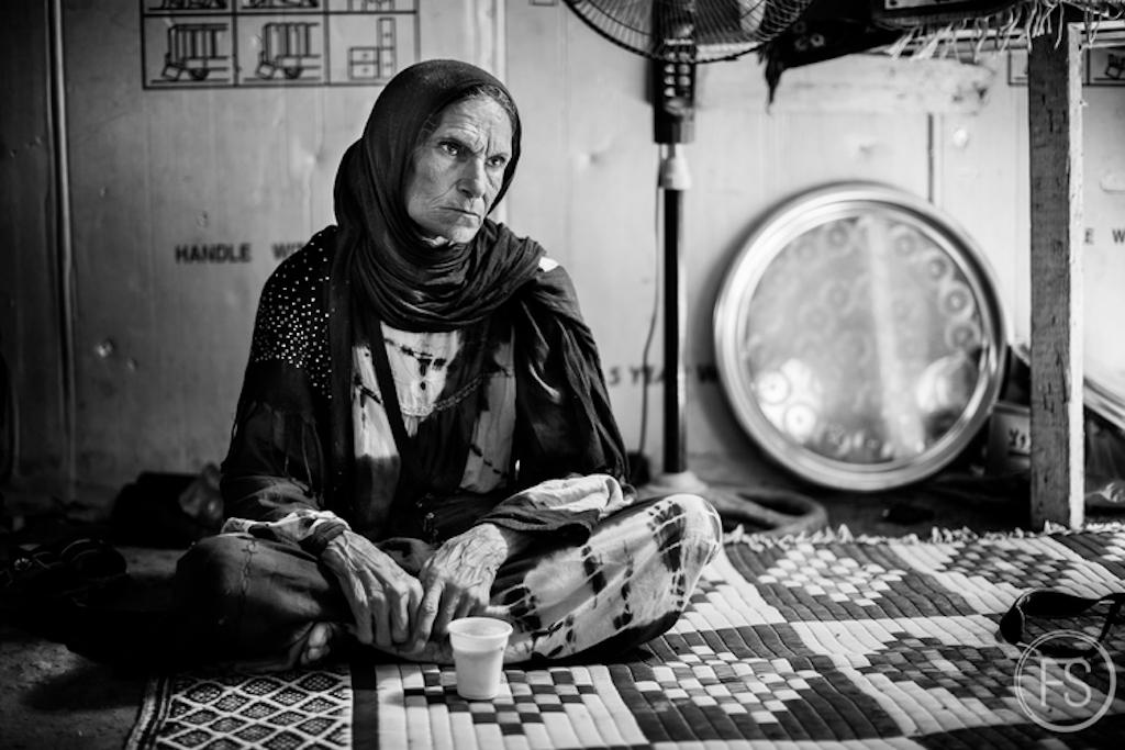 Αυτή η γυναίκα υπέστη ένα τροχαίο ατύχημα πριν χρόνια και έχασε τον άντρα της. Πρέπει να κάνει αιμοκάθαρση κάθε βδομάδα, αλλά δεν υπάρχουν μέσα για αυτό.  Οι εθελοντές και οι μικρές ΜΚΟ δεν μπορούν να κάνουν πολλά για αυτά τα περιστατικά και τα μεγάλα ιδρύματα σπάνια βοηθούν αυτούς τους καταυλισμούς.