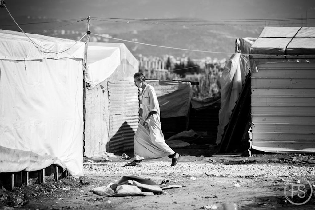 Η κατάσταση πολιτικά είναι πολύ πιο περίπλοκη απ΄όσο μπορούμε να φανταστούμε για τους πρόσφυγες. Το Λιβανέζικο κράτος δεν τους αναγνωρίζει ως πρόσφυγες και δεν αναγνωρίζει καν την ύπαρξή τους στους καταυλισμούς. Αντ' αυτού τους ζητά χρήματα για τη γη που καταλαμβάνουν.