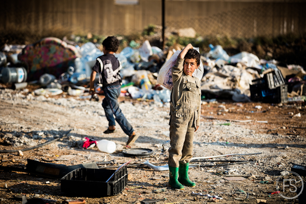Τα παιδιά δουλεύουν σε χωματερές σκουπιδιών για να μπορούν να βγάζουν και αυτά χρήματα και να μένουν στους καταυλισμούς.