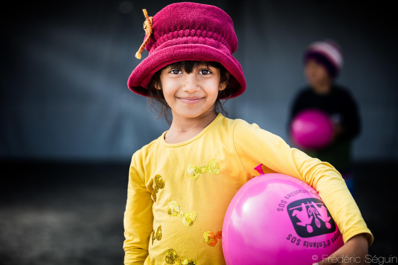Ένα παιδί που παίζει και χαμογελάει. Κάτι που δεν είναι ασυνήθιστο για εμάς, δε έπρεπε να είναι και για αυτά τα παιδιά. Από τη Μακεδονία.