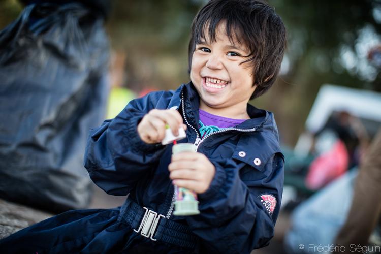 Η Palia διασκεδάζει και χαμογελάει με την καρδιά της κάνοντας φούσκες στην Λέσβο.