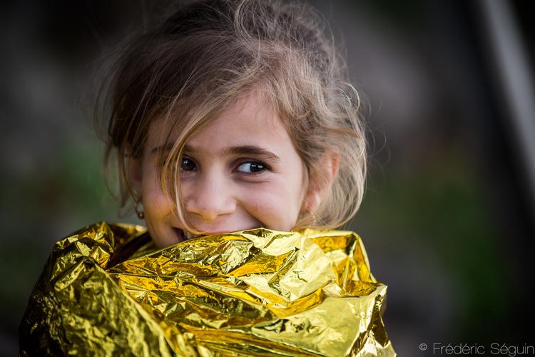 Όταν οι πρόσφυγες έφτασαν στην Λέσβο, τα ρούχα τους ήταν όλα βρεγμένα και δεν είχαν τίποτα να φορέσουν. Οι θερμαινόμενες κουβέρτες που τους πρόσφεραν οι εθελοντές τους έσωσαν τις ζωές τους.