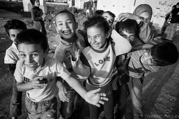 """Sawarini, sawarini, sawarini"" σημαίνει ""Βγάλε με μια φωτογραφία"" στα αραβικά και ακούγεται από τις παιδικές φωνούλες. Bekaa Valley, Λίβανος."
