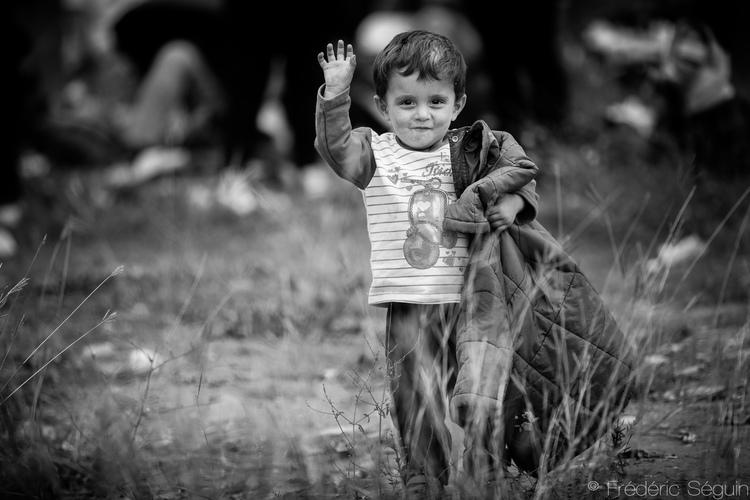 Ο θαραλλέος αυτός μικρός άνθρωπος περπατούσε, περνώντας τα σύνορα από την Ειδωμένη στη Μακεδονία. Από όταν τραβήχτηκε αυτή η φωτογραφία, τα σύνορα της Μακεδονίας έχουν κλείσει για όλους τους πρόσφυγες, εκτός από τους Σύριους, τους Αφγανούς και τους Ιρακινούς.