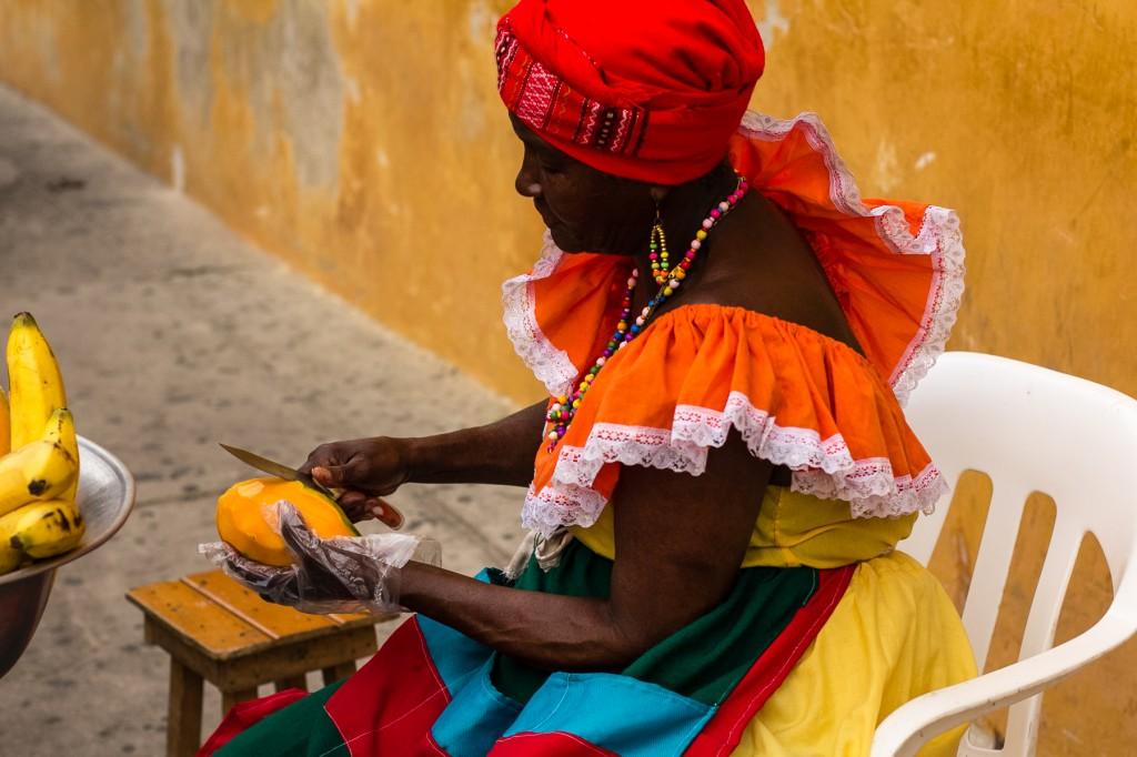 Φρέσκο μάγκο από την πωλήτρια με την πολύχρωμη στολή