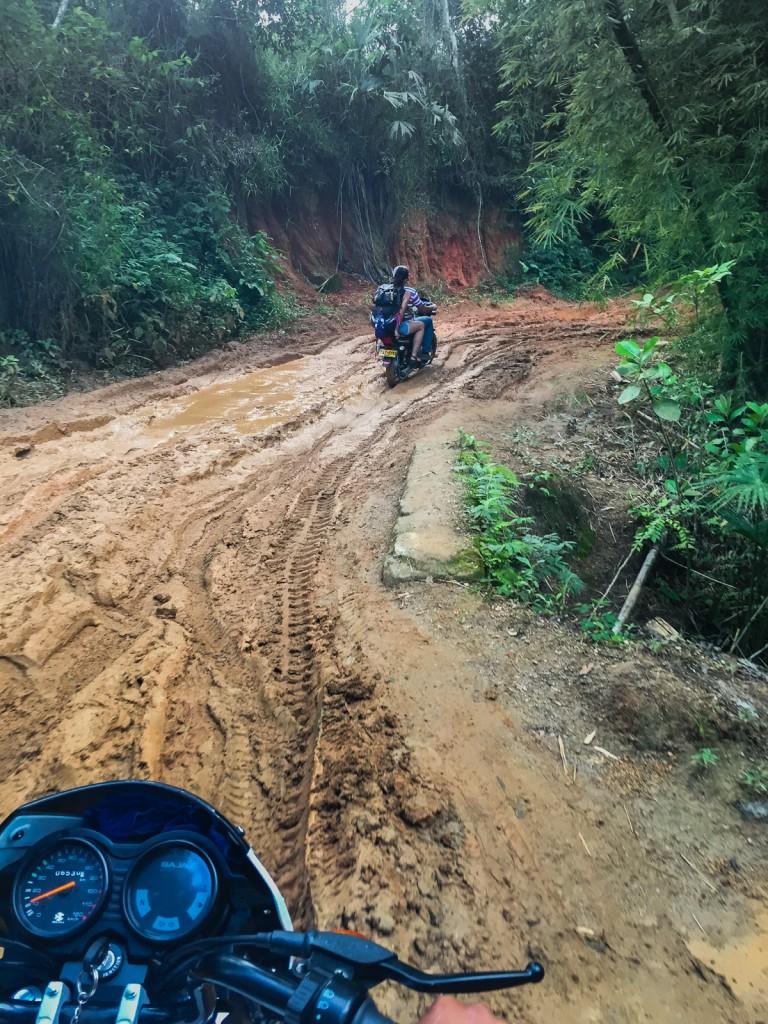 O δρόμος από το χωριό της Μίνκα προς τα βουνά.
