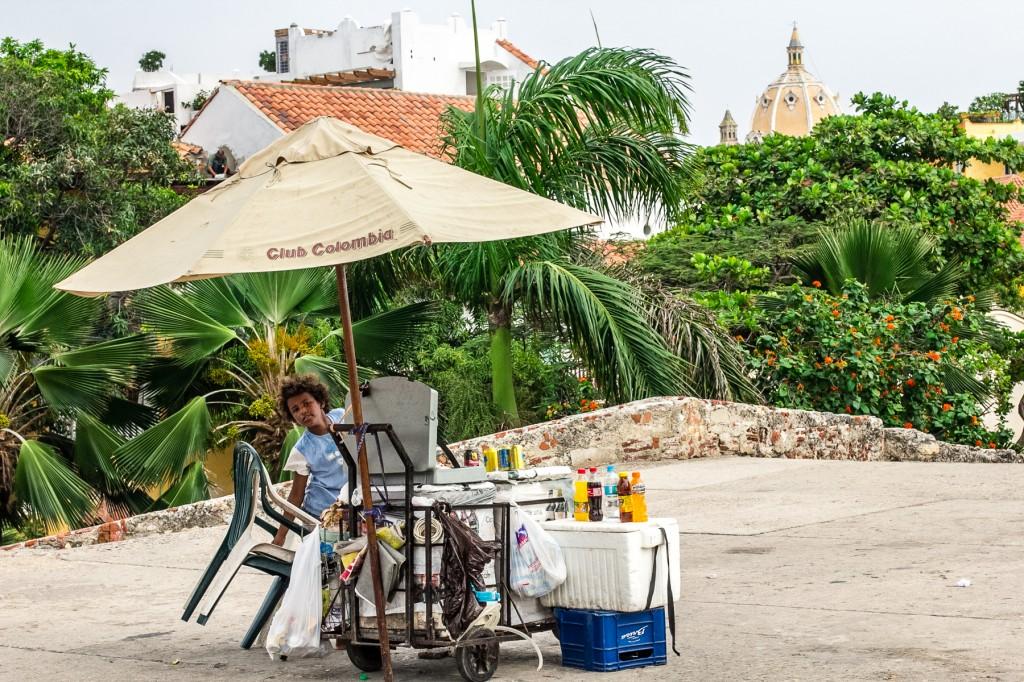 Ένας μικρός Κολομβίανος πωλητής επάνω στα τείχη της πόλης