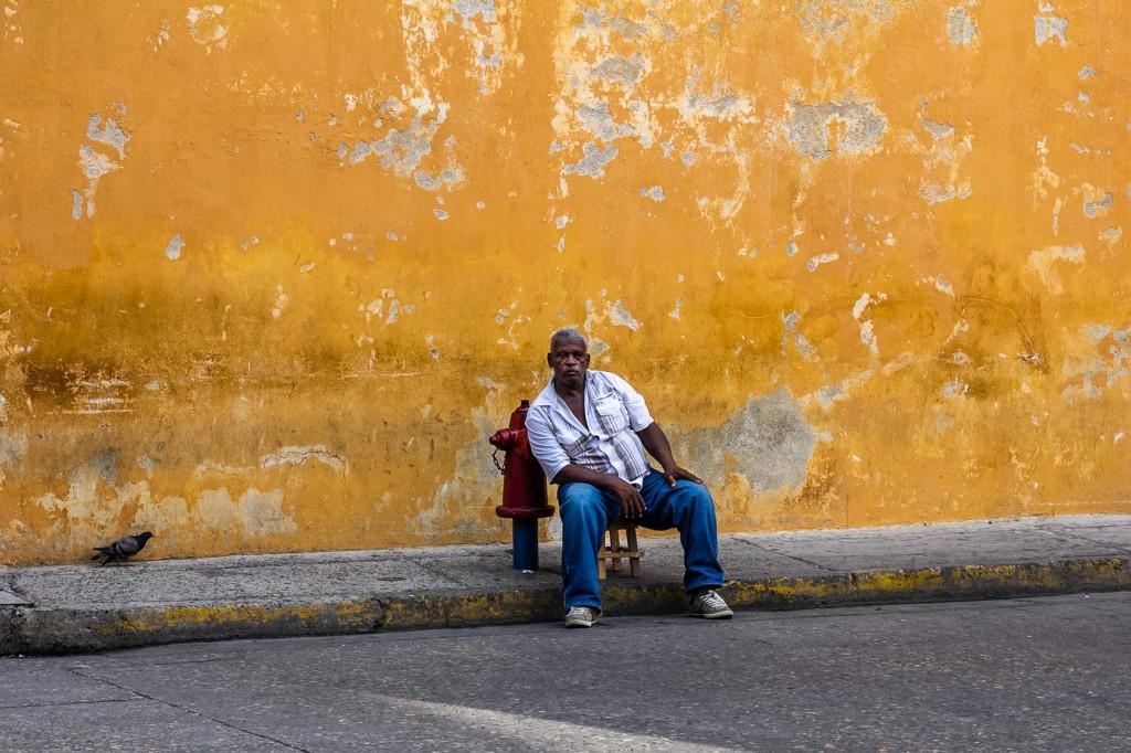 Eνας ντόπιος πωλητής γυαλιών ηλίου. Το σκαμνάκι που κάθεται έχει πάνω γραμμένο το όνομά του.