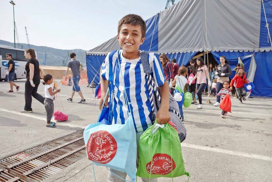παραδοση σακιδίων από μαθητές σε προσφυγόπουλα, στον Σκαραμαγκά (1)