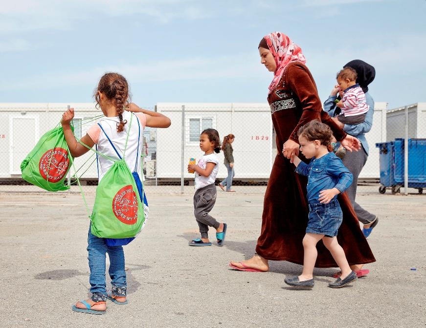παραδοση σακιδίων από μαθητές σε προσφυγόπουλα, στον Σκαραμαγκά (2)