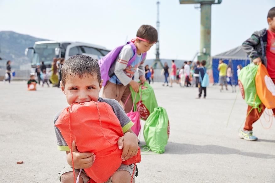παραδοση σακιδίων από μαθητές σε προσφυγόπουλα, στον Σκαραμαγκά (3)