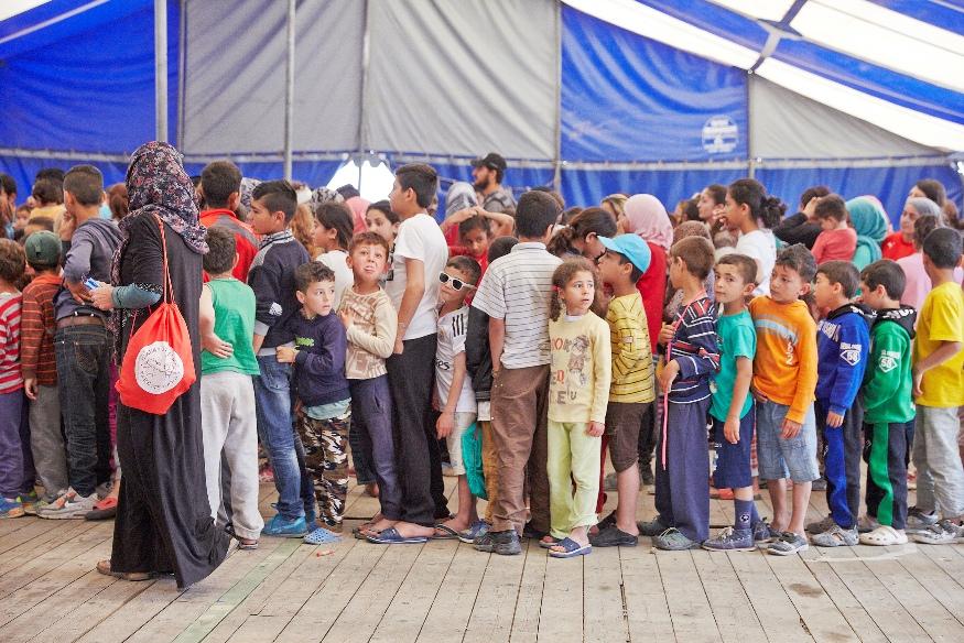 παραδοση σακιδίων από μαθητές σε προσφυγόπουλα, στον Σκαραμαγκά (4)