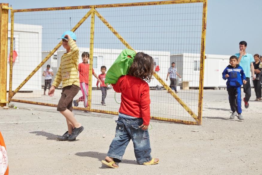 παραδοση σακιδίων από μαθητές σε προσφυγόπουλα, στον Σκαραμαγκά (5)