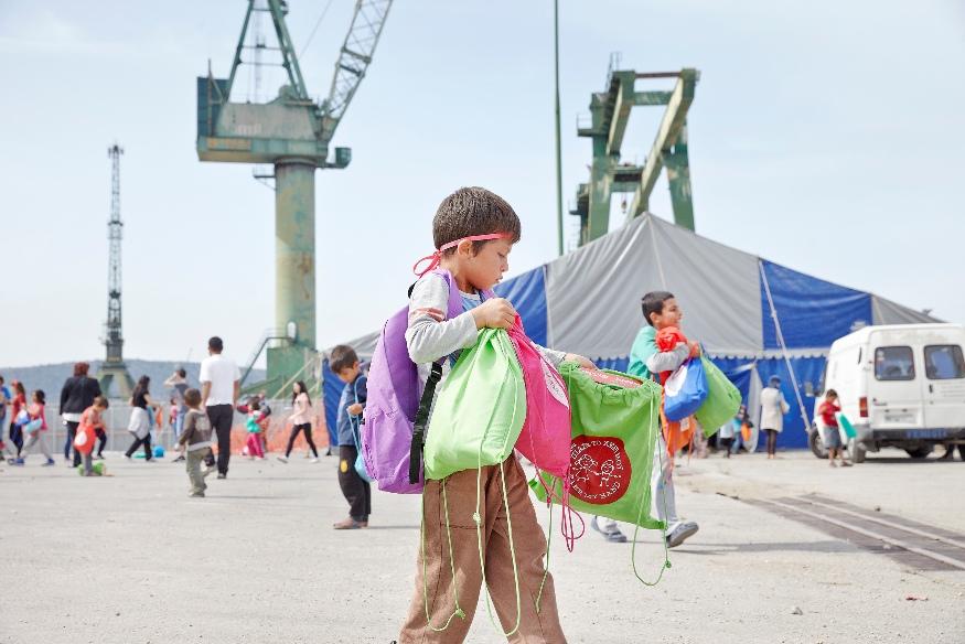 παραδοση σακιδίων από μαθητές σε προσφυγόπουλα, στον Σκαραμαγκά (6)