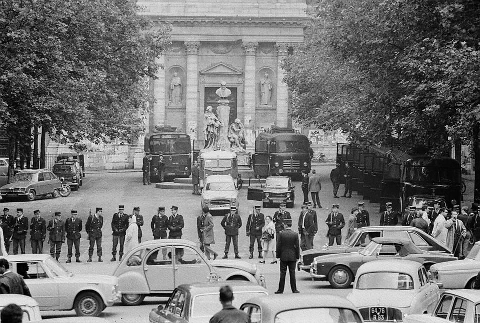 Gendarmes mobiles occupant la Sorbonne, étudiants évacués