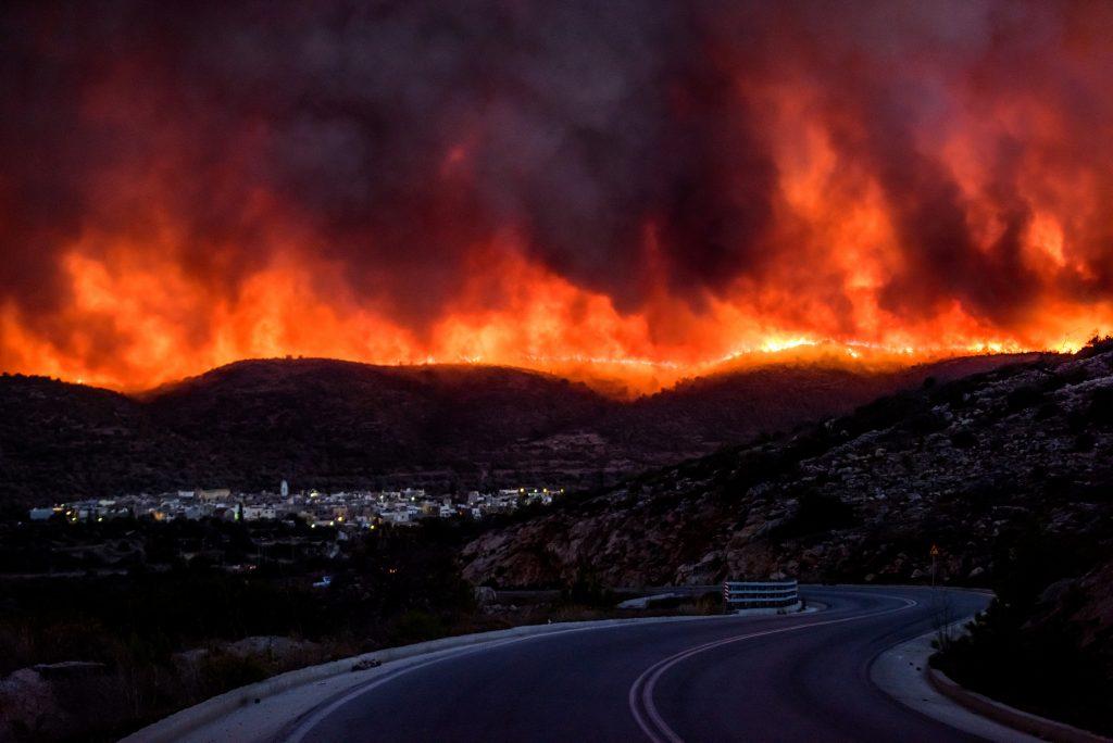 Φωτογραφία του Κώστα Κουργιά για το ΑΠΕ-ΜΠΕ από την πρόσφατη πυρκαγιά στο χωριό Λιθί της Χίου, τη Δευτέρα 25 Ιουλίου 2016.