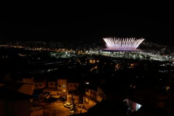 Το Ολυμπιακό Στάδιο του Μαρακανά κατα τη διάρκεια της τελετής έναρξης, όπως φαίνεται από τημ φαβέλα της Μενγκέιρα. REUTERS/Ricardo Moraes