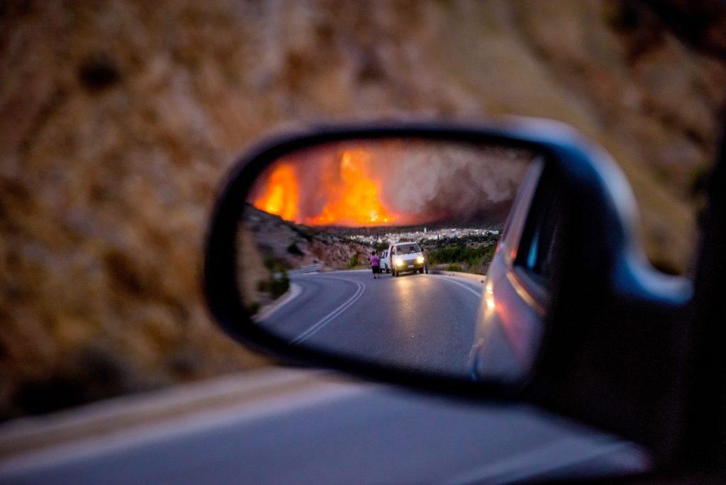 Φωτογραφία που δόθηκε σήμερα στη δημοσιότητα από την πυρκαγιά στο χωριό Λιθί, τη Δευτέρα 25 Ιουλίου 2016. Σε ύφεση είναι η μεγάλη πυρκαγιά στη νότια Χίο, που κατέκαψε, από χθες τα χαράματα που ξεκίνησε, χιλιάδες στρέμματα δασικής και καλλιεργήσιμης έκτασης. Με το πρώτο φως της ημέρας ξεκίνησαν τις ρίψεις νερού, ώστε να αποφευχθούν οι αναζωπυρώσεις, τα δυο πυροσβεστικά αεροσκάφη και τα τρία ελικόπτερα, που το βράδυ παρέμειναν στη Χίο ώστε να ξεκινήσουν τις ρίψεις από το πρωί. Η καμένη έκταση είναι περίπου 35.000 στρέμματα, ενώ μεγάλη είναι η ζημιά στα μαστιχόδεντρα. Σύμφωνα με τον πρόεδρο της Ένωσης Μαστιχοπαραγωγών Χίου Γ. Τούμπο μέχρι και το 90% των μαστιχόδεντρων καταστράφηκε στα χωριά Λιθί, Ελάτα και Βέσσα ενώ σημαντικές είναι οι καταστροφές σε Μεστά, Αρμόλια και Πυργί. Τρίτη 26 Ιουλίου 2016. ΑΠΕ-ΜΠΕ/ ΑΠΕ-ΜΠΕ/ ΚΩΣΤΑΣ ΚΟΥΡΓΙΑΣ